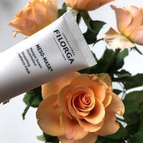 """Filorga """"Meso-Mask"""" 15 ml. (travelsize) 🎎🎏  Beskeivelse: Filorga Meso-Mask Smoothing Radiance Mask er en rig og fugtgivende ansigtsmaske til alle hudtyper. Denne maske er beriget med collagen, der får huden til at se mere jævn og ensartet ud, samt gør den mere elastisk, hvilket kommer til udtryk ved en mere ungdommelig hudtone. Derudover indeholder den rhamnose-polysaccharid der reducerer rødme, så du kan få din smukke og naturlige glød tilbage, og genvinde balancen i huden. Sidst men ikke mindst tilfører den huden et fugtboost udover det sædvanlige, der efterlader dig med et silkeblødt og strålende resultat. Filorga Meso-Mask Smoothing Radiance Mask er et musthave til dig der går op i kvalitet, og som gerne vil forkæle din hud lidt ekstra, så huden igen kommer til at se sund og velplejet ud.  Fordele: Ansigtsmaske Alle hudtyper Beriget med collagen Giver en jævn og ensartet hudtone Gør huden mere elastisk Reducerer rødme og irritation Gør det muligt at genvinde din naturlige glød og balance Fugtboost Giver en silkeblød og velplejet hud  Byd gerne kan enten afhentes i Århus C eller sendes på købers regning 📮✉️"""