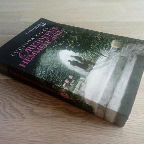 """""""ORKIDEENS HEMMELIGHED"""" af Lucinda Riley HANDLING: Fra 1930'erne til nutiden, fra det krigshærgede Europa til det eksotiske Thailand... Orkideens hemmelighed er en rejse i den aristokratiske Crawford-families historie, en hjertegribende fortælling om kærlighed og svigt.  Hovedpersonen, pianisten Julia Forrester, er efter en familietragedie søgt tilbage til barndommens land, til godset Wharton Park, hvor hun tilfældigt møder godsets nye ejer, Kit Crawford, som også viser sig at have sit at slås med. En lang række familiehemmeligheder hvirvles op og flettes ind i hinanden og holder spændingen ved lige.  For skal de overhovedet have hinanden, de to? Og godset, hvem tilhører det egentlig, når det kommer til stykket?  OMSLAG: Paperback  I god stand! - omslaget er dog en smule slidt..  >>Hentes i Middelfart - SENDER også gerne (køber betaler porto!)<<"""