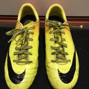 Fodboldstøvler str.35