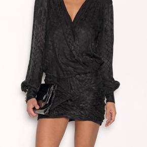 Super flot kjole med bar ryg. Brugt en gang. Stadig med mærke osv. Silke materiale.