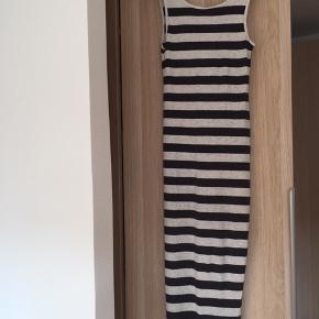 Lang stribet kjole fra H&M. Sidder ind til kroppen, men har meget stræk i sig, så der er god bevægelighed. Fejler intet :)
