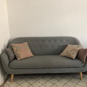 Pæn sofa fra IDEmøbler.  Købt i 2017, og fremstår velholdt. Fra ikke-ryger-hjem.   Mål: L183 x H80 x B87  Skal hentes på Østerbro og bæres ned fra 1. sal.