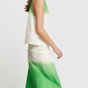 Super smuk nederdel fra Carcel - købtvi Wood Wood.  Den er i 100% silke og en str 2. Svarer til en 36/lille 38.   Mp 1100 kr pp og evt ts gebyr.  Jeg bytter ikke.