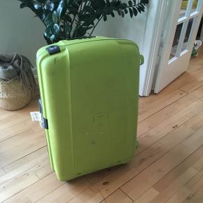 Stor Samsonite kuffert. Det ene hjul skal skiftes, men ellers fejler den ikke noget. Har skrammer fra rejse, som kun er kosmetisk. Hjul kan skiftes.