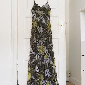 Lækker maxi kjole, str. S. Mål: Bryst ca. 40cm. Længde ca. 140 cm.