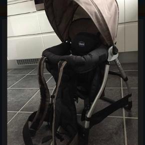 Chicco bærerygsæk kun brugt få gange, men er utrolig praktisk specielt på storbyferie. Alt medfølger som ny inkl instruktion. Sender gerne hvis køber betaler