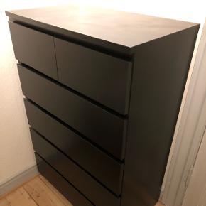 Skal hentes hurtigst muligt på 3. sal. Er en udgået model fra IKEA, da den kan vælte hvis alle skuffer er ude på samme tid.
