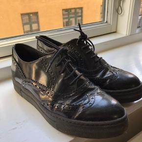 A pair shoes, very good condition, 100% leather