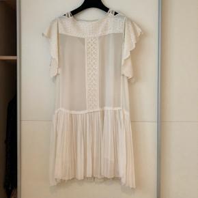 Den smukkeste kjole fra Étoile Isabel Marant sælges. Den er brugt en enkel gang til min konfirmation🌷og søger derfor en ny ejer. Den er købt for 3025 og er en str. 36. 🌸 Perfekt til den kommende konfirmation💃🏼