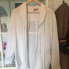 Super fin, oversized, hvid skjorte :) Brugt et par gange