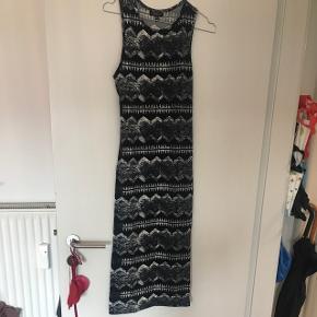 Sort/grå/hvis mønsteret kjole uden ærmer. Sidder stramt og er dejlig elastisk, når den kommer på går den cirka til lige over læggen, afhængig af ens højde (jeg er 167 cm😉) aldrig brugt kun prøvet☺️🖤