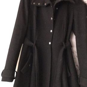 Denne fine frakke sælges da den aldrig bliver brugt. Kom evt med et realistisk bud.