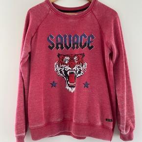 Sweatshirt fra Dear Tee i forbasket look. Købt i Madrid.
