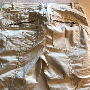 3/4 lange jeans i creme, lynlåse på baglommerne nederst på benene