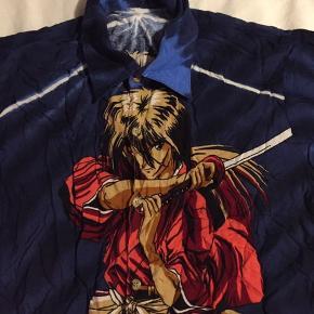 Sej blå skjorte med manga/tegneserie illustration