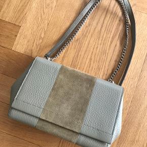 Helt ny. Super fin taske med ruskind. Bytter ikke.