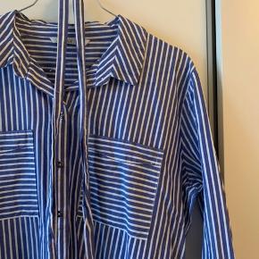 Fin skjortekjole fra Only med bindebånd. Brugt få gange 😊