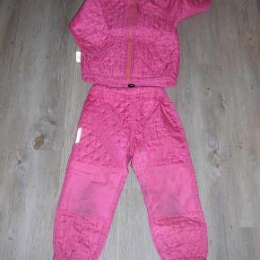 Varetype: termotøj Farve: Pink  Lækkert termotøj i god kvalitet. Lidt mørke på knæet og 3 små pletter på lommen (Se billed)