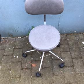 Gedigent og velfungerende rullestol. Har slid på betrækket.