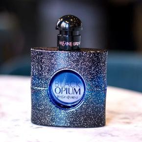 """YVES SAINT LAURENT """"Black Opium Intense"""" Eau de Parfum 50 ml Kun testet med 2 spray så helt som ny. Købspris 730kr  Dyb varm og sexet INTENSE udgave af YSL's nye lancering af BLACK OPIUM."""