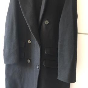 Sælger denne frakke fra Other Stories i str 38. Lidt oversize boyfriend fit God men brugt.