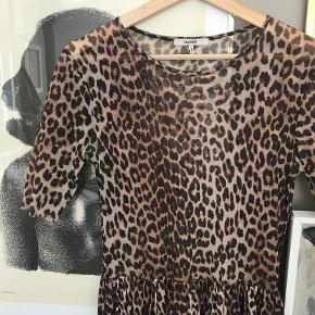 Den smukke leopard-kjole fra GANNI. Midi-længde og korte ærmer. 100% polyester mesh.