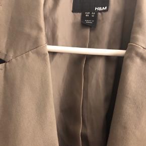 Blazer, foret i en lys brun farve, taupe agtig. Kan passes af flere størrelser fra M-XL, hvis man ønsker et oversize look. I god stand og ikke brugt meget. Bomuld og elastan.   55,- + fragt. Sender gerne med Dao 33,- kr.  Bytter ikke.