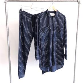 Munthe sæt i bomuld med guld striber  Skjorte str. 38 Bukser med lommer str. 40  Sælges samlet.  Bytter ikke. Køber betaler fragt