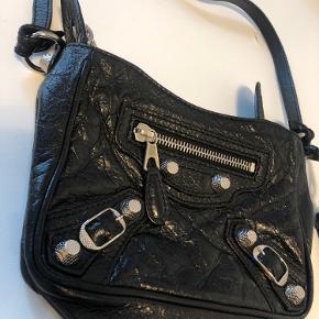 Lækker crossbody i sort læder med sølv hardware🤍 Dustbag medfølger, men har desværre ikke kvitteringen.  Ingen tegn på slid eller lignende!  Kom gerne med bud eller tag et kig på mine andre annoncer🙋🏼♀️
