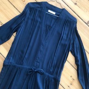 Navy-farvet Samsøe & Samsøe kjole - bindebånd i taljen.  Brugt 1 gang.  Nypris: 800 kr.  Ingen bytte og fast pris  Jeg sender desværre ikke billeder med tøjet på. Bor køber i nærheden, skal man være velkommen til at komme og prøve.