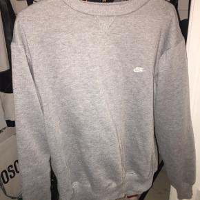 Lækker oversize Nike sweater i str L mandestørrelse. Sidder oversize på en str M i kvinde. Super fed! Prisen er fast