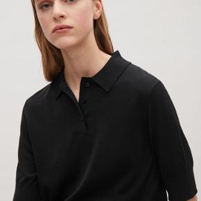 Smuk poloskjorte i bomulds- og silkemix fra COS. Får den desværre ikke brugt. Nypris 490 kr.