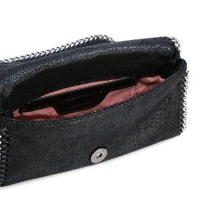 Sælger denne fine Stella McCartney Falabella crossbody-taske, da jeg ikke får den brugt længere. Tasken har kun få tegn på brug, som kan ses ved magneten indeni.  Stroppen kan laves kortere. Har både dustbag og kvittering