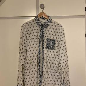 Pierre Balmain skjorte båret af både Katy Perry og ASAP Rocky. Nærmest perfekt stand. Kostede omkring 2350 på ssense https://www.highsnobiety.com/2012/03/19/pierre-balmain-paisley-print-shirt/.