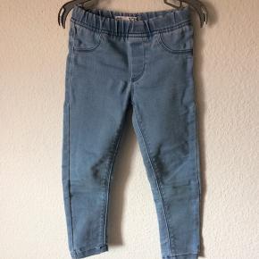 VRS - jeans Str. 104 Næsten som ny Farve: lyseblå Køber betaler Porto!  >ER ÅBEN FOR BUD<  •Se også mine andre annoncer•  BYTTER IKKE!