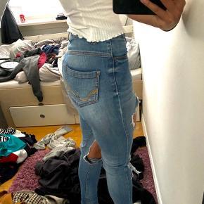 Hjemmelavet hullet bukser fra h&m.
