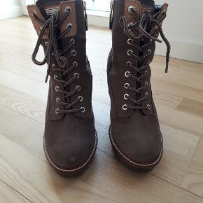 Sælger mine Tommy Hilfiger støvler str. 36.. brugt 2 gange, så de er så gode som nye. Ny pris var 2500. Sælges hvis rette bud kommer.  Befinder sig i Århus C.