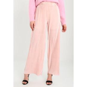 Sælger disse plisserede lyserøde bukser i str. small. Bukserne har indershorts, så er derfor ikke gennemsigtige. De er så fine og er kun brugt et par gange 🌺