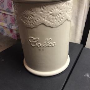 Opbevarings krukke med kaffe skilt foran. Fejler intet, har kun været brugt i en kort periode.  Modtager gerne bud. Køber henter selv