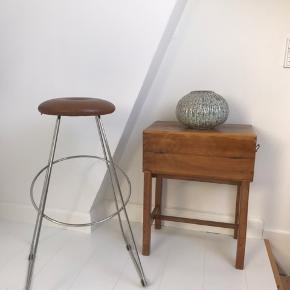 Super fine bar stole fra Design by Us. Det fineste cognac farvet skind. Stel i stål.  Har 2 stk til salg. Ny pris: 2.200 kr stk. Afhentes på Frederiksberg.