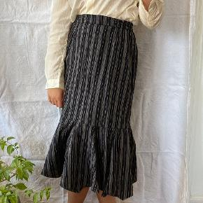 Sort- og hvidstribet nederdel fra Masai. Den er brugt få gange og er i god stand. Størrelse S, ses på en størrelse S på billederne.  Se også mine andre annoncer, jeg giver mængderabat🧚🏼♀️✨