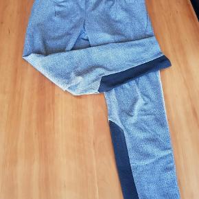Varetype: Bukser Farve: Grå  Et par super fede bukser i 7/8 længde som ikke fejler noget sælges da de er lidt for store