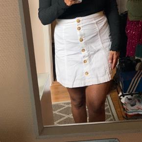 Fin hvid nederdel fra H&M. Mærke er klippet af, mens passes af S-M