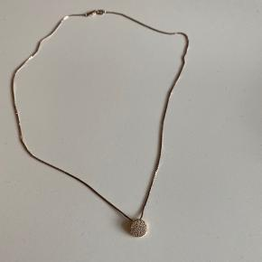 """Sælger denne smukke Sif Jakobs halskæde i rosaguld, da jeg ikke får den brugt ✨  Den er købt for nogle år siden, men har bare ligget i et smykkeskrin og ventet på en ny ejer.  Minder meget om deres nyere kollektioner  """"Novara"""" og """"Grezzana"""".  Halskæden er 45 cm. ❤️"""