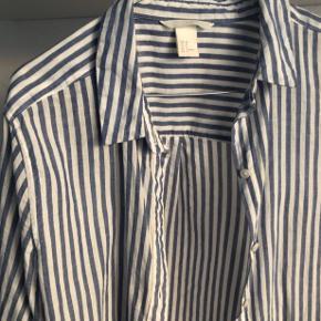 Stribet blå og hvis skjorte fra H&M. Str. 38, fitter også 36. Brugt få gange