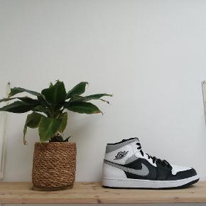 Nike Air Jordan 1 Mid 'Shadow'  Alt OG medfølger ✅ Cond: 10/10 DS (skoene er ubrugte) Størrelse 46 📈 Pris: 1.299,- 📦
