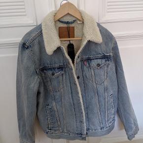 Super godt tilbud på en helt ny Levi's denim jakke! Købt i USA, med prismærke og kvittering. Den er størrelse medium. Sherpa Trucker Jacket, lightwashed denim. Jeg sælger den fordi den ikke passer mig.