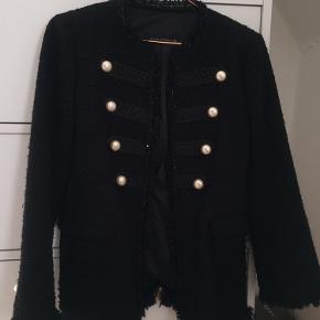 Super flot jakke/blazer med perler og gulddetaljer fra Zara i str small✨
