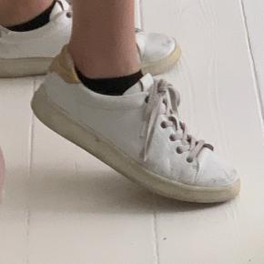 Calvin Klein sko, købt i sommeren 2018, man kan evt lægge deres snørrebånd i blød eller købe nogle nye hvis man vil have dem hvis igen, har en del slid som vises på billederne  Original æske medfølger og en kvittering hvid dette ønskes