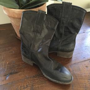 Støvler købt hos notabene. Slidt look. Aldrig brugt. Nypris 2200kr.